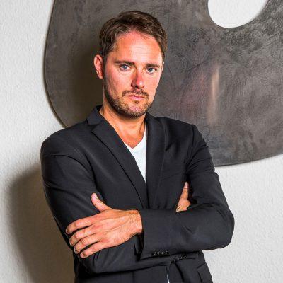 Martin Schwarz vor Schild