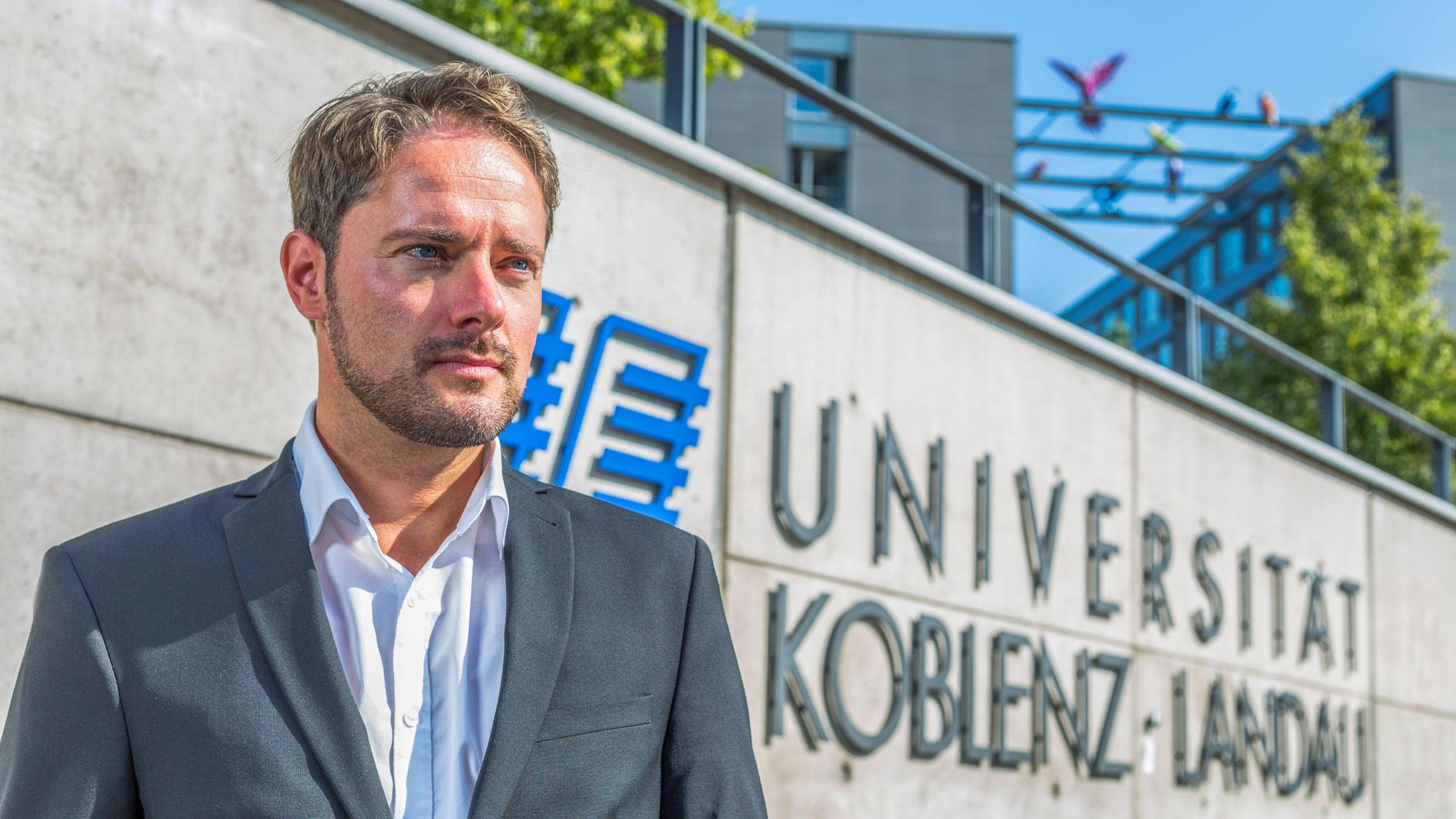 Martin Schwarz vor Universität Landau